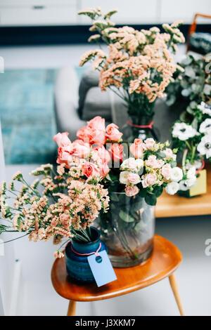 Affichage de fleurs coupées sur une table basse dans un fleuriste