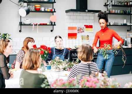 Enseignement Les élèves de fleuriste atelier floral Banque D'Images