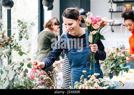 La sélection d'étudiants fleuriste fleurs coupées à l'atelier floral Banque D'Images