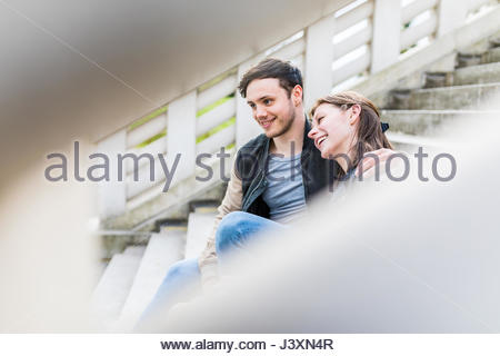 Young couple sitting on stairway dans Battersea Park Banque D'Images