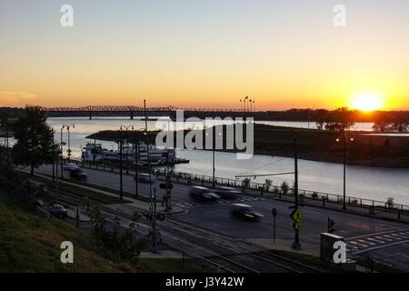 Coucher de soleil sur l'Arkansas sur le Mississippi à partir de Memphis Banque D'Images