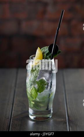 Un mojito cocktail sans alcool vu sur une table dans un bar.