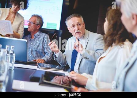 Les gens d'affaires de discuter de nouvelles stratégies Banque D'Images