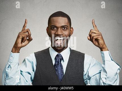 Closeup portrait jeune homme d'affaires vers le haut après avoir idée, une solution, montrant avec index, numéro un fond gris noir isolé. Positif
