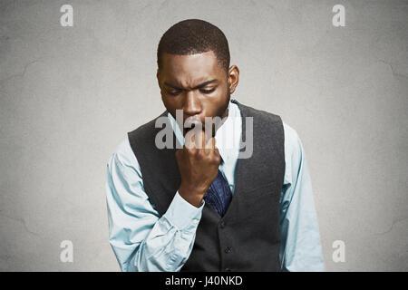 Closeup portrait young business man sticking doigt dans la bouche sur le point de vomir voir dégoût son mécontentement Banque D'Images