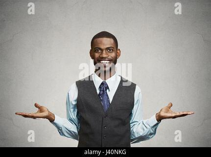 Portrait heureux, souriant, aimable, accueillant l'homme d'affaires à bras gris isolé wall background. Les expressions Banque D'Images