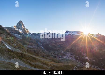 Vue aérienne au lever de Breuil Cervinia et Cervin ou Matterhorn peak, célèbre station de ski en Vallée d'aoste, Banque D'Images