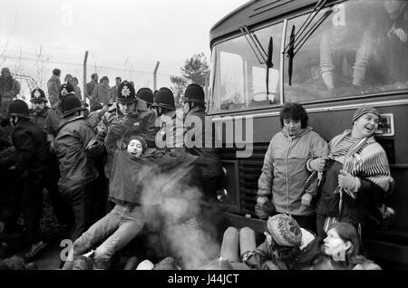 Greenham Common Womens mouvement de paix. Les femmes l'arrêt d'un bus avec les travailleurs entrant dans la base Banque D'Images