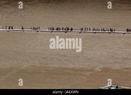 La passerelle du millénaire de Londres les piétons sur la passerelle au-dessus de la Tamise dans le centre de Londres Banque D'Images
