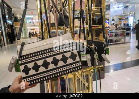 La boutique de Kate Spade au sein du grand magasin Macy's à New York avec l'entraîneur boutique derrière elle le Banque D'Images