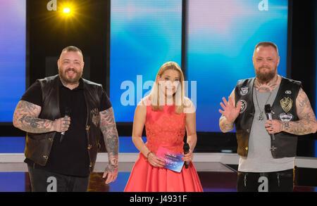 Altenburg, Allemagne. 10 mai, 2017. Stefanie Hertel se tient sur scène avec Sven Gillert (l) et Hagen de l'Stoll Banque D'Images