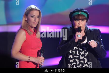 Altenburg, Allemagne. 10 mai, 2017. Stefanie Hertel (l) et Chris Doerk chanter ensemble au cours de la série TV Banque D'Images