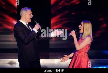 Altenburg, Allemagne. 10 mai, 2017. Stefanie Hertel et Gerd Christian chanter ensemble au cours de la série TV 'Die Banque D'Images