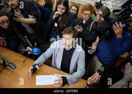 Yekaterinburg, Russie. Le 11 mai, 2017. Le blogueur russe Ruslan Sokolovsky (C), accusé d'extrémisme et d'insulter Banque D'Images