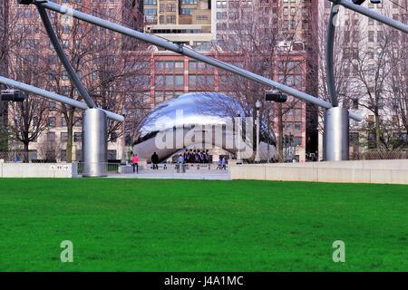 """La sculpture de Chicago, """"Cloud Gate"""", qui est également connu dans la ville comme """"le haricot."""" Chicago, Illinois, Banque D'Images"""