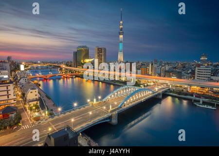 Tokyo. Cityscape image de toits de Tokyo pendant le crépuscule au Japon. Banque D'Images