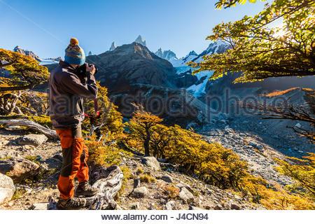 L'homme barbu en arrière-plan d'un paysage de montagne Banque D'Images