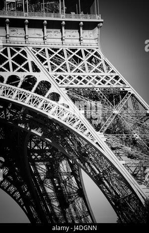 La structure en acier de la Tour Eiffel. Paris, France Banque D'Images