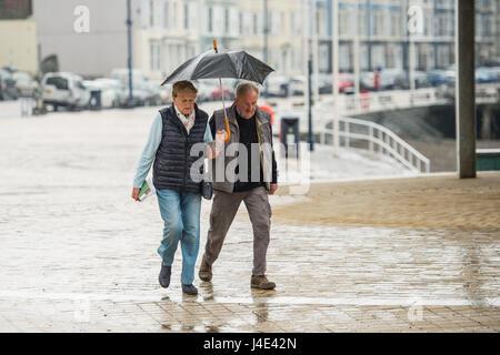 Aberystwyth, Pays de Galles, Royaume-Uni. 12 mai, 2017. Météo France: Les gens s'abritant sous des parapluies comme Banque D'Images