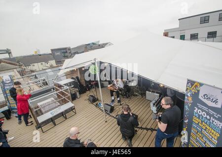 Hull, dans le Yorkshire, UK. 12 mai, 2017. Scène photographiée sur le toit haut de Humber Street Gallery, Hull, Banque D'Images