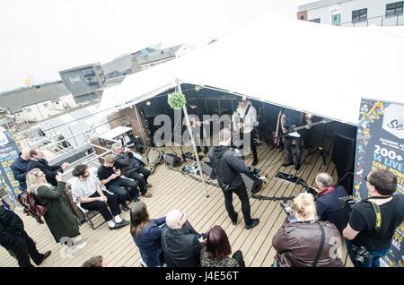 Hull, dans le Yorkshire, UK. 12 mai, 2017. Sur le toit spécial performance live d'annoncer le lancement de Humber Banque D'Images