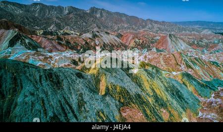Vue aérienne sur l'arc-en-ciel coloré de montagnes de relief danxia Zhangye parc géologique, dans la province de Banque D'Images