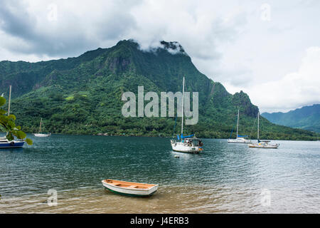 Bateau à voile dans la baie de cuisiniers, Moorea, îles de la société, Polynésie Française, Pacifique Banque D'Images