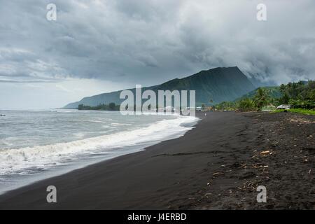 Plage volcanique de sable noir Taharuu, Tahiti, îles de la société, Polynésie Française, Pacifique Banque D'Images