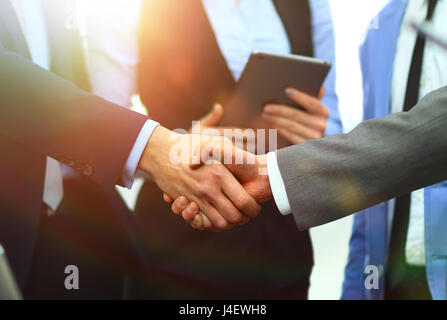 Business handshake in office Banque D'Images