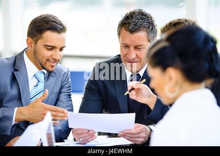Partenaires d'affaires des débats sur les documents et d'idées à la réunion Banque D'Images