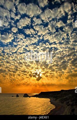 """Coucher du soleil à """"Petra tou Romiou"""" ('Greek's Rock', aussi connu sous le nom de """"rocher d'Aphrodite"""" ou """"l'Aphrodite Banque D'Images"""