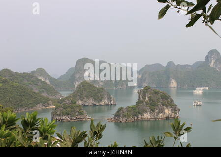 Vue sur la baie d'Ha Long, Vietnam Banque D'Images