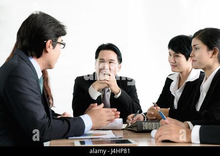 Groupe d'Asian businessman ensemble dans une salle de réunion. Les gens d'affaires discussion Réunion équipe délinquance Banque D'Images