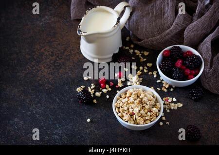 Des ingrédients sains pour le petit déjeuner. Granola fait maison avec des baies fraîches et du yogourt. Banque D'Images