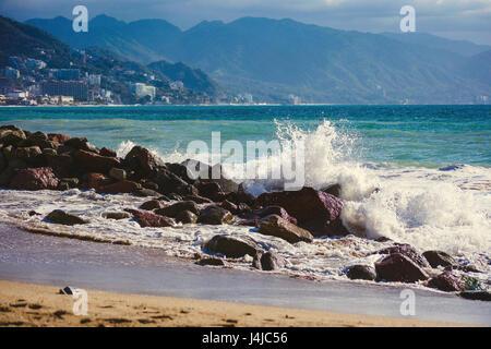 Voir l'océan de vagues se brisant sur la côte de sable à Puerta Vallarta mexique Banque D'Images