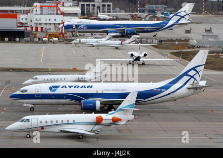 SHEREMETYEVO, RÉGION DE MOSCOU, RUSSIE - 17 avril 2015: Divers plans debout à l'aéroport international Sheremetyevo.