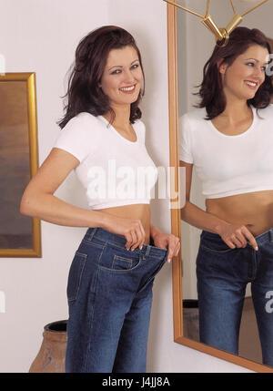Femme, jeune, jeans, loin, réflecteur, rire, rire de satisfaction, geste, heureusement, diminution du poids, satisfait, Banque D'Images