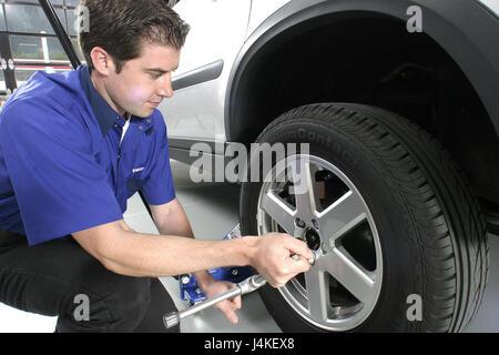 Concessionnaire automobile garage voiture homme détail