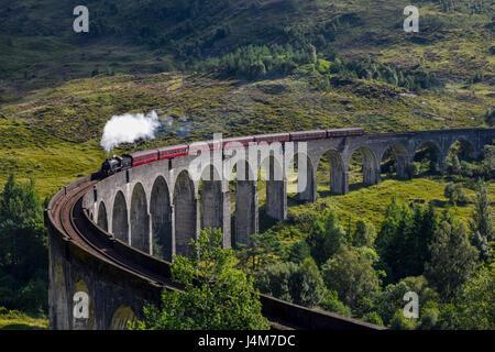 Le train à vapeur Jacobite viaduc de Glenfinnan approche à grands pas. Highlands, Ecosse, Royaume-Uni Banque D'Images