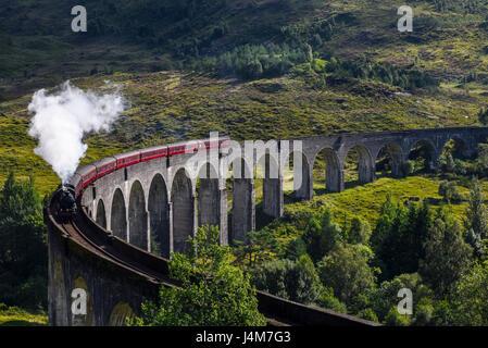 Le train à vapeur Jacobite viaduc de Glenfinnan. Highlands, Ecosse, Royaume-Uni Banque D'Images