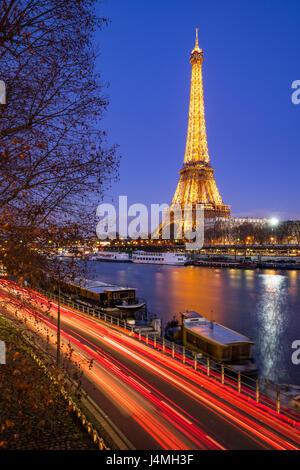 La Tour Eiffel illuminée au crépuscule et Seine, Paris Banque D'Images