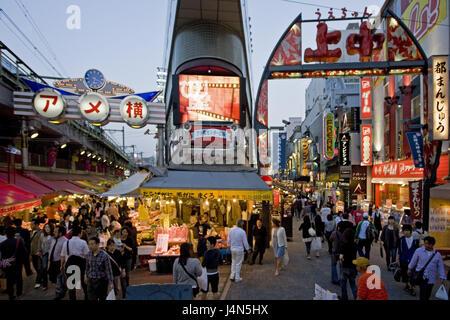 Japon, Tokyo, quartier de Ueno Ameyoko, rue commerçante, crépuscule, Banque D'Images