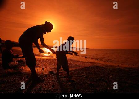 République démocratique du Timor oriental, Dili, plage, pêcheur, le coucher du soleil, Banque D'Images