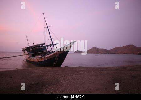 République démocratique du Timor oriental, Dili, Cap-Fatucama, plage, chalutier de pêche, lumière du soir, Banque D'Images