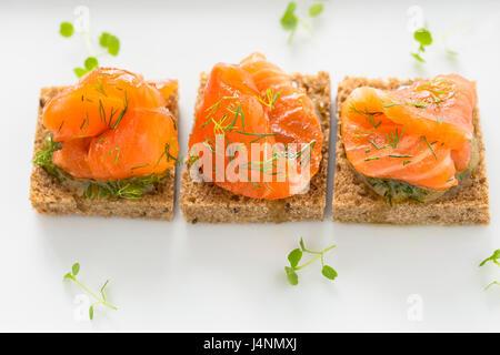 Délicieux apéritif canapés de pain noir avec du saumon fumé pour les vacances Banque D'Images