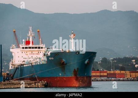 Batumi, Géorgie, l'Adjarie, 27 mai 2016: Ancienne péniche Tanker navire de fret à Port Dock sur soirée ensoleillée Banque D'Images