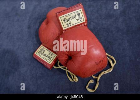 Londres, Royaume-Uni. 14 mai 2017. Une paire de gants de boxe porté et signé par Muhammad Ali dans le World Heavyweight Championship match avec Joe Bugner à Kuala Lumpur le 30 juin 1975 sont présentés dans le cadre d'un communiqué de l'aperçu. La FP-800 rouge S.S. gagnante, Tokyo, 10oz gants de boxe avec laçage original sont offerts par Graham Budd à la vente aux enchères Sotheby's sur une vente de souvenirs sportifs le 15 mai 2017. Crédit: Stephen Chung / Alamy Live News