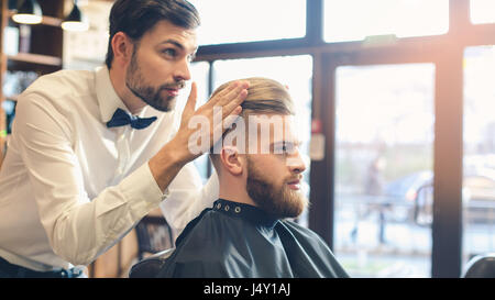Jeune homme dans ce type de concept de service de soin de cheveux Banque D'Images