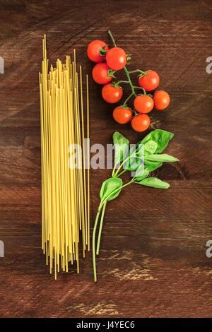 Lettre P pour les pâtes, légumes et spaghetti formé par Banque D'Images