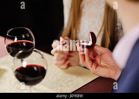 Guy faisant la proposition de fille dans un restaurant. l'homme donne à une femme un Banque D'Images